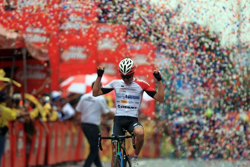 Elías Vega festeja al ganar la novena y última etapa de la Vuelta a Guatemala. (Foto Prensa Libre: Carlos Vicente)