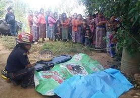 Los cuerpos de dos trabajadores son rescatados por bomberos en Tecpán Guatemala, Chimaltenango. (Foto Prensa Libre: Víctor Chamalé)