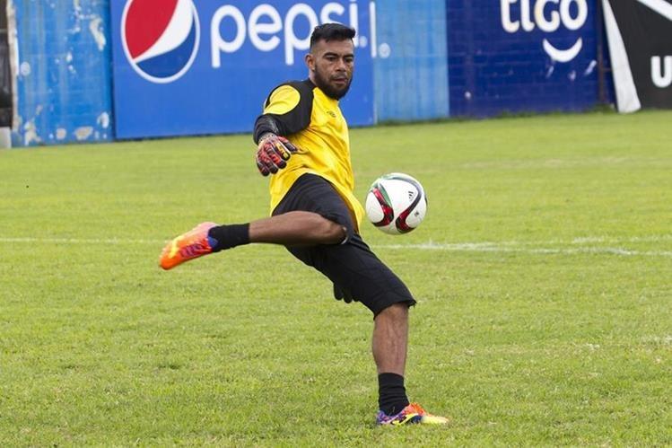 Paulo césar Motta se entrena con la Selección Nacional, y aunque está lesionado de un dedo, eso no le impide trabajar y hacer las cosas bien. (Foto Prensa Libre: Norvin Mendoza)