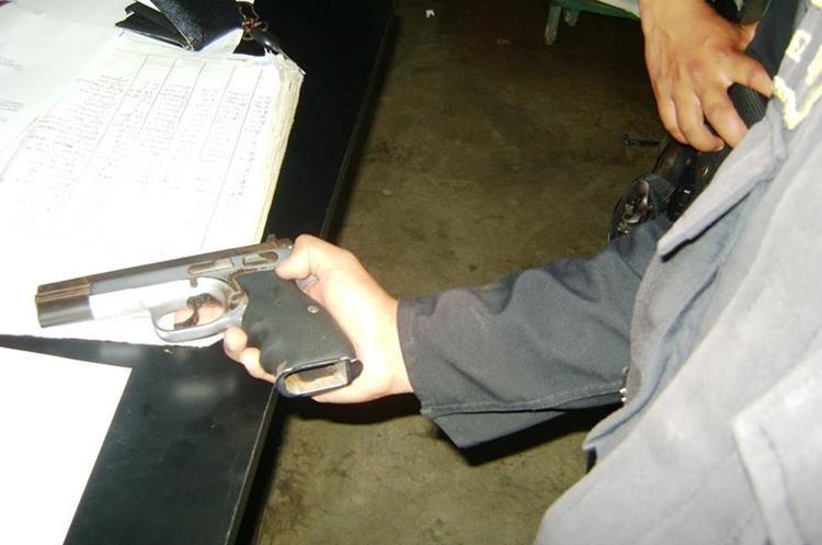 Aunque la Policía hace constantes decomisos de armas de fuego, el ingreso descontrolado e ilegal persiste en el país. (Foto Prensa Libre: Hemeroteca PL)
