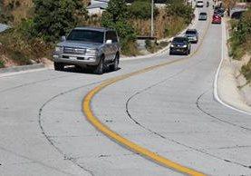 Vehículos transitan por la carretera que fue inaugurada este lunes en Patzún, Chimaltenango. (Foto Prensa Libre: José Rosales)