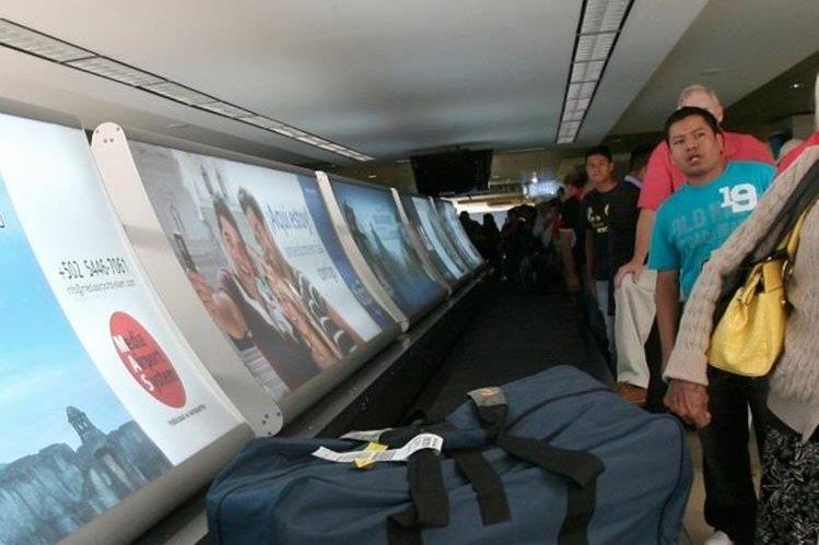 Anuncio colocado por la empresa Media Airport System en cinta transportadora de equipaje, de la terminal aérea La Aurora, en zona 13. La compañía puede colocar anuncios en todas las instalaciones. (Foto Prensa Libre: Hemeroteca PL)