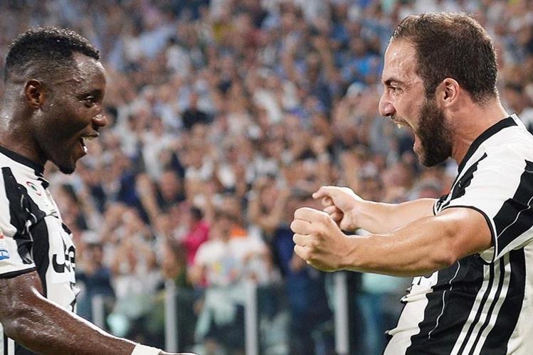 Gonzalo Higuaín, derecha, celebra con su compañero Kwadwo Asamoah, el gol que le significó el triunfo a la Juventus contra la Fiorentina (Foto Prensa Libre: AP)