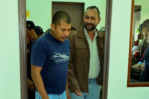 """<p>Mynor Morales y Juan Véliz (Der) sale del juzgado. (Foto Prensa Libre: Carlos Grave)<br _mce_bogus=""""1""""></p>"""