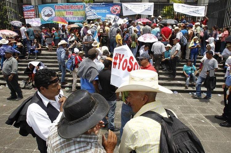Pobladores de San Rafael las Flores protestan contra la minera San Rafael frente a la CSJ.  (Foto Prensa Libre: Hemeroteca PL)