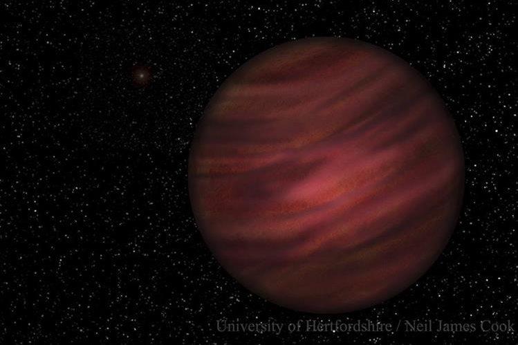 Representación del planeta gigante de gas 2MASS J2126-8140 en la órbita alrededor de la estrella enana roja TYC 9486-927-1, ligeramente visible en el fondo. (Foto Prensa Libre: EFE).