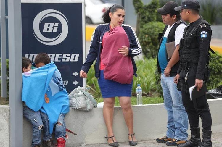 Iris Marleni Ramírez, la madre del menor atropellado, junto a sus otros hijos. (Foto Prensa Libre: Érick Ávila)