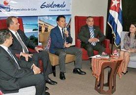 el embajador cubano, Carlos de Céspedes (segundo de izq. a der.), se reunió ayer con el director del Inguat, Jorge Chajón, y miembros de Havanatur.