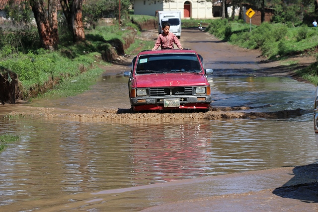 Automóvil transita en carretera que quedó inundada por la lluvia, en Santa Cruz del Quiché y San Antonio Ilotenango. (Foto Prensa Libre: Horacio Cordero)
