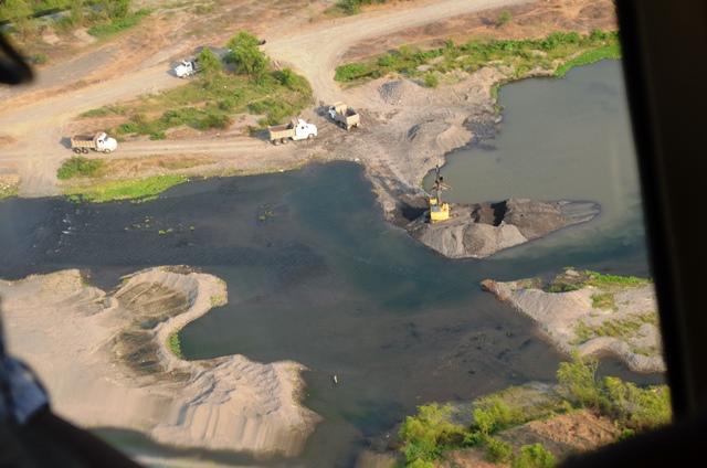 Alteran cauces. Representantes del MARN, MP y Congreso observaron desde un helicóptero el problema que han denunciado los campesinos. (Foto Prensa Libre: Jorge Tizol)