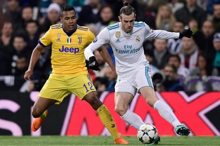 Bale intenta dejar la marca de Alex Sandro en el primer tiempo.