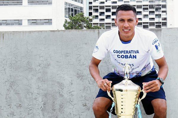 Gerson Tinoco, delantero hondureño de Cobán Imperial, que con su anotación ante Sacachispas le dio el título de campeón del Clausura 2015 a los príncipes azules. (Foto Prensa Libre: Edwin Fajardo)