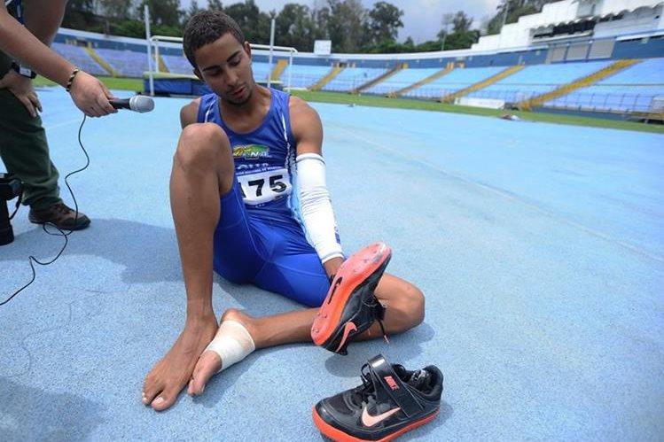 Ken Franzua luce desconsolado debido a que no pudo superar la marca y a la falta de apoyo por parte del Comité Olímpico Guatemalteco y de la Federación Nacional de Atletismo. (Foto Prensa Libre: Francisco Sánchez)