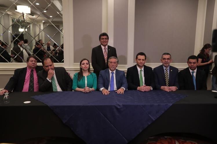 Miembros de la planilla alternativa durante la conferencia de prensa, este martes. (Foto Prensa Libre: Álvaro Interiano).