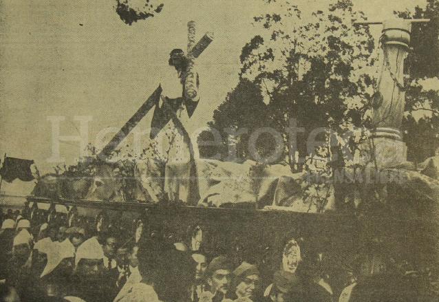 Procesión de Jesús del Consuelo hace 50 años, cuando salía el Martes Santo. (Foto: Hemeroteca PL)