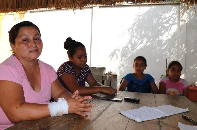 Judith Martínez, madre de Yenifer, quien fue herida en la mano derecha, explica que con sus otros hijos fueron atacados a balazos. (Foto Prensa Libre: Rigoberto Escobar)