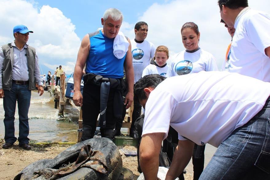 Beltranena -al centro- participa junto a Otto Pérez, Roxana Baldetti y Juan Carlos Monzón en la limpieza del lago de Atitlán. (Foto Prensa Libre: Hemeroteca PL)