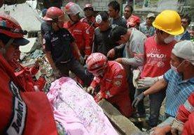 Cuerpos de Socorro han rescatado ya 55 personas en El Cambray, Foto Prensa Libre: Estuardo Paredes