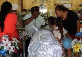 Maestros de la escuela Las Flores, en el velatorio de la niña Yenifer Nájera, quien falleció luego de ser atacada a balazos junto a su familia, en San Benito, Petén. (Foto Prensa Libre: Rigoberto Escobar)