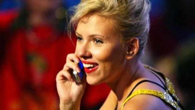 Los celulares con teclas son la opción de algunos famosos como Scarlett Johansson (GETTY IMAGES)