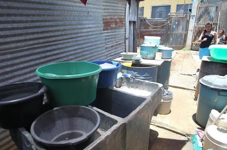 En el asentamiento Regalito de Dios solo llenan recipientes tres horas a la semana.(Prensa Libre:Erick Ávila)