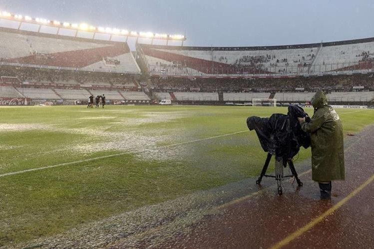Debido a las fuertes lluvias el juego tuvo que reprogramarse. (Foto Prensa Libre: EFE)
