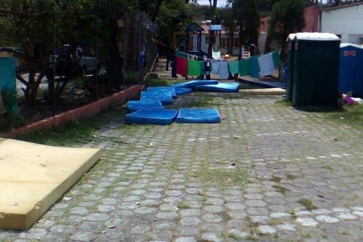 Las colchonetas donde duermen los menores con discapacidad. (Foto Prensa Libre: PDH)