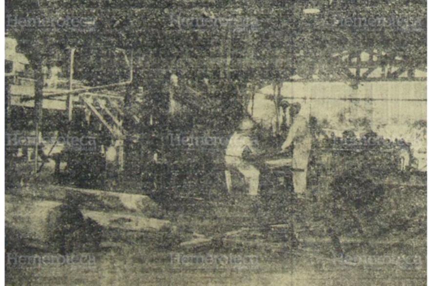 Operarios de la fábrica de Las Quebradas pasan una troza en la sierra principal. Foto publicada el 21/04/1959. (Foto: Hemeroteca PL)