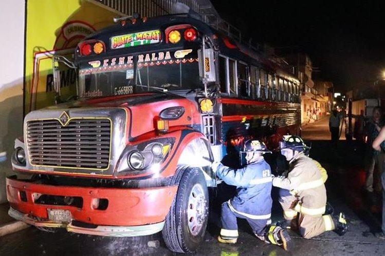 Bomberos Voluntarios lograron controlar el fuego que amenazó con destruir el bus. (Foto Prensa Libre: Cristian I. Soto)