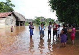 Las lluvias comenzaron a afectar la región el 5 de octubre, y en varios sectores el nivel del agua alcanzó los siete metros de altura. (Foto Prensa Libre: Sam Chum)
