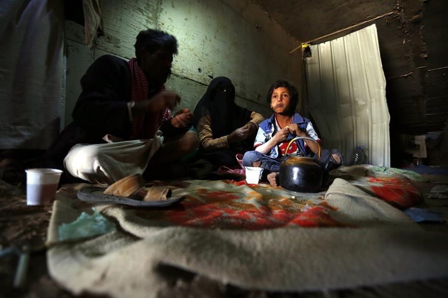 Una familia yemení desplazada por los recientes enfrentamientos entre aliados y rebeldes busca refugio en las afueras de Saná. (Foto Prensa Libre: EFE).