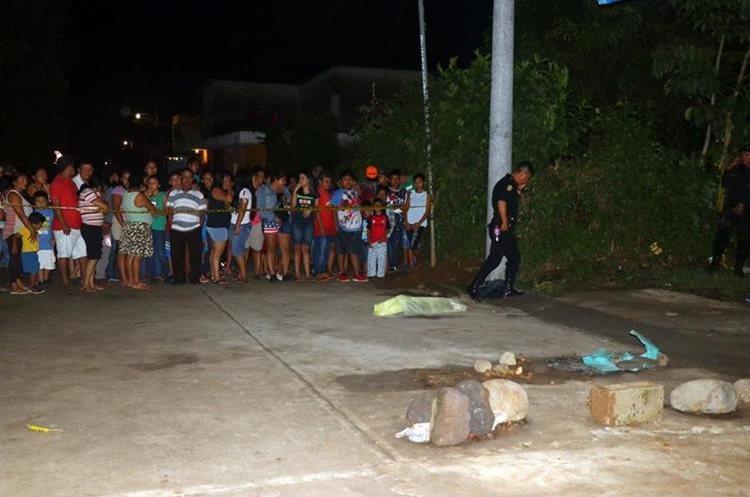 El cuerpo del niño fue encontrado a unos 100 metros de donde se hundió. Foto Prensa Libre: Rolando Miranda.