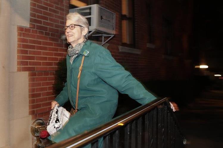 Jessica Leeds llega a su apartamento en New York. Leeds es una de las mujeres que denunció al New York Times abusos de parte de Donald Trump. (Foto Prensa Libre: AP).