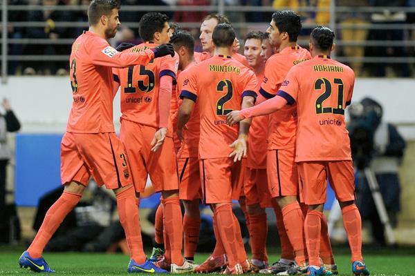 Lionel Messi es felicitado por sus compañeros tras marcar en el triunfo del Eibar. (Foto Prensa Libre: AFP)