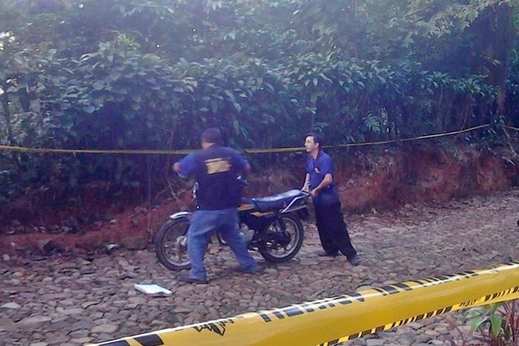 Peritos del Ministerio Público resguardan lugar donde fue localizado el cadáver de un hombre, en San José El Rodeo, San Marcos. (Foto Prensa Libre: Cortesía)