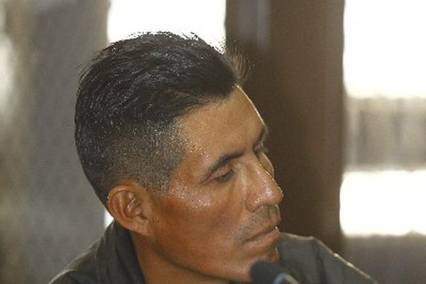 Pedro Torres Pérez, agente municipal de San Juan Cotzal, escucha la sentencia en su contra.