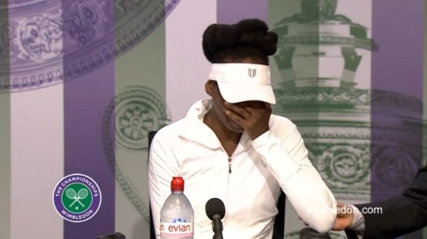 Venus Williams no pudo contener las lágrimas en la conferencia de prensa de este lunes. (Fotos Prensa Libre: Twitter)