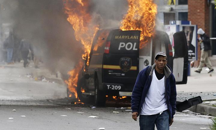 En Baltimore, violentas protestas ocurrieron por la muerte del joven afrodescendiente Freddie Gray. (Foto Prensa Libre: AP).