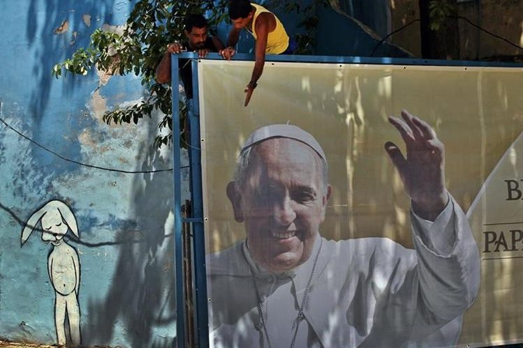 Los cubanos se preparan para la visita papal. (Foto Prensa Libre: EFE)