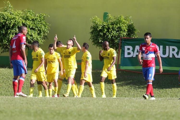 Los futbolistas de Guastatoya festejan la segunda anotación de Wilson Pineda (centro) contra Xelajú MC, en el duelo de ida de las semifinales del Apertura 2015. (Foto Prensa Libre: Norvin Mendoza)