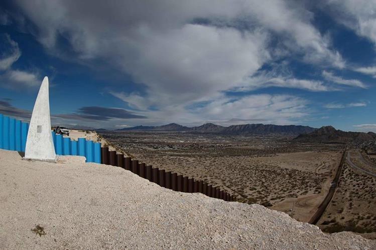 El muro fronterizo que divide Texas-Nuevo México (izquierda) y Ciudad Juárez,México. (Foto Prensa Libre:EFE).