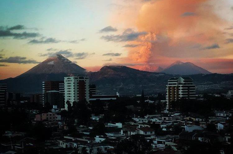 El humo y la ceniza expulsada por el Volcán de Fuego pintó de naranja el cielo de los guatemaltecos. (Foto Prensa Libre: Twitter Renato González)
