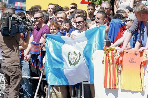 Seguidores guatemaltecos esperaron al Barcelona con la bandera azul y blanco que sobresalía en medio de la multitud. (Foto Prensa Libre: AFP)