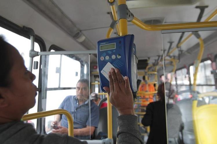 Usuarios afirman que al pasar la tarjeta el contador del Transurbano no siempre marca el saldo y cobra en exceso. (Foto Prensa Libre: Hemeroteca PL)
