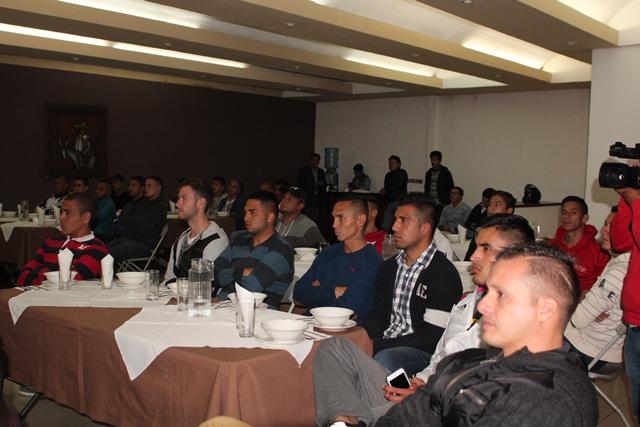 El grupo de jugadores durante la charla motivacional recibida el jueves por la noche. (Foto Prensa Libre: Aroldo Marroquín).