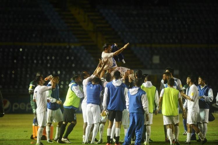 Carlos Ruiz fue alzado por los aires por parte de sus compañeros de Selección. (Foto Prensa Libre: Francisco Sánchez)