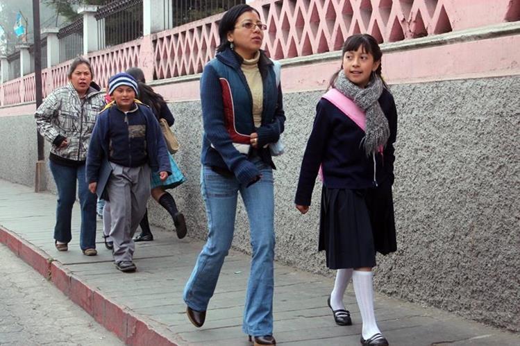 Varios estudiantes se exponen a las bajas temperaturas durante el comienzo del ciclo escolar. (Foto Prensa Libre: Carlos Ventura)
