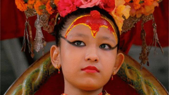 En su frente luce el agni chakchhu -ojo de fuego-, por el que ve las otras dimensiones que su divina condición le permite.