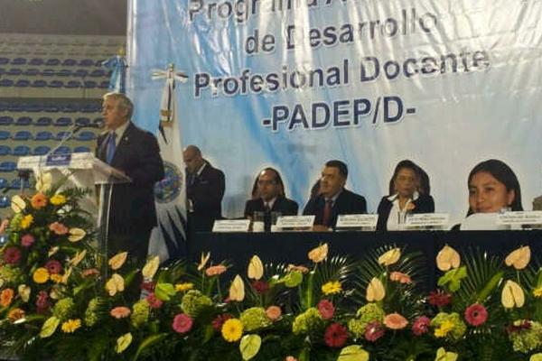 <p>Binomio presidencial participa en graduación de profesionalización docente. (Foto Prensa Libre: Scspr)</p>