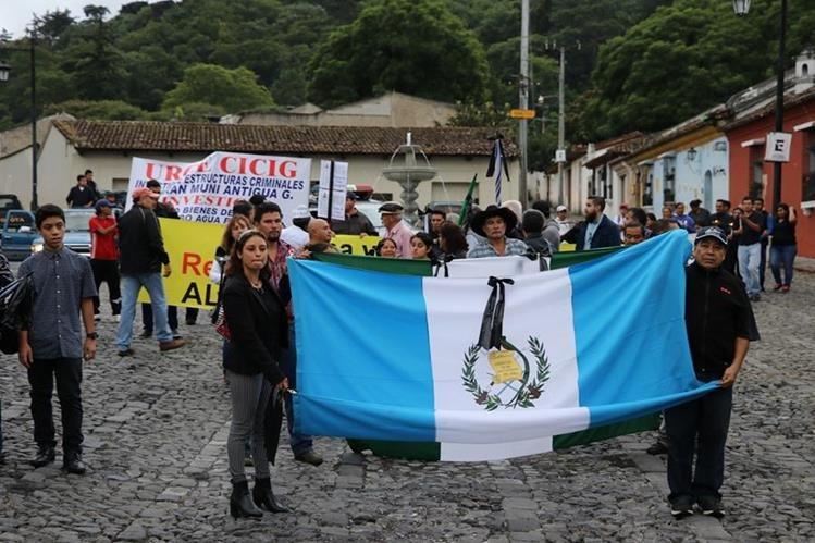 Con poca participación de antigüeños se desarrolló la segunda manifestación pacífica en contra de la administración municipal. (Foto Prensa Libre: Renato Melgar)